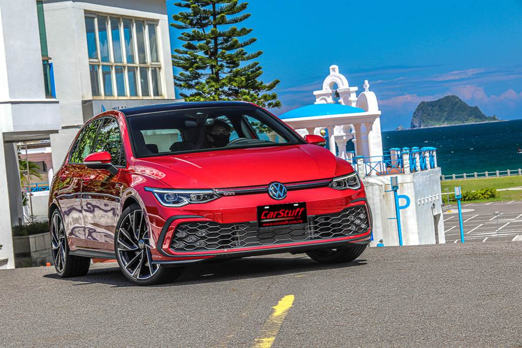第八代Golf GTI將過去經典GTI的DNA設計元素帶入未來。無論是哪一代Golf GTI都會有非常低的視覺重心,Volkswagen透過前部寬闊的進氣口和醒目的肩線實現了這一點,為其卓越的運動特性提供了相對應的新美學表達。(圖/CarStuff_Allen Chao攝)