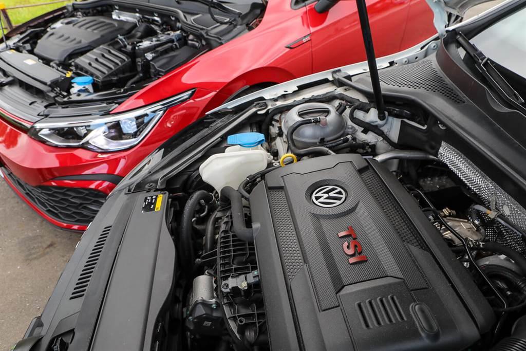 八代Golf GTI引擎的上蓋外觀相比於過往世代變得更為低調,採用與一般款相同無廠徽與TSI字樣的標誌,而是配置了具有隔熱/隔音效果的軟質上蓋。這或許是響應了數位新世代的風格改變,並且也是降低成本,讓集團其他品牌也可使用,一舉兩得。(圖/CarStuff_Allen Chao攝)