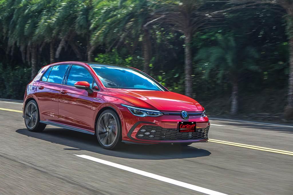 八代Golf GTI與前款7.5代GTI的加速感同樣都是具有段落感,全油門時都是約在3,000rpm開始可以感受到明顯的力道,但到了約4,000 rpm之後達最大增壓值2.1 bar時,就會湧現與290hp Golf GTI Clubsport相同猛爆的推進感,每個段落都有不同的速度節奏,雖稱不上線性,但都是很輕鬆能以油門的段落來加以控制的。(圖/CarStuff_Allen Chao攝)