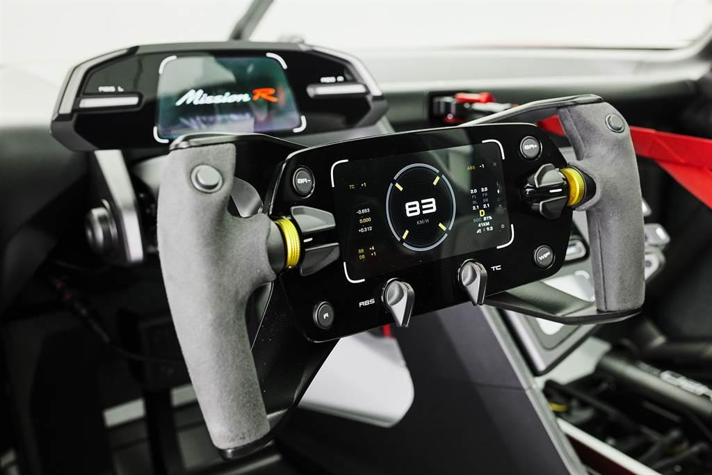 方向盤中的控制按鍵中設置了符合人體工學設計的顯示螢幕,方便駕駛觀測賽事間的重要數據。(圖/Porsche提供)