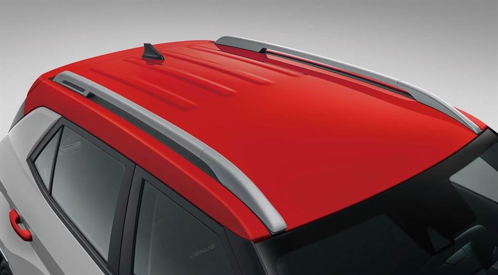 格雷灰搭配紅色Two-Tone雙色車頂,跳色風格吸引年輕族群目光。(圖/業者提供)
