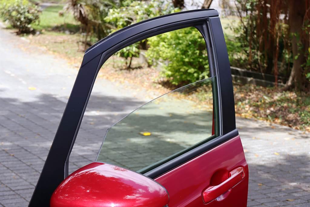 為達到抗紫外線、隔熱功能,Honda 這次導入淡褐色日本AGC(Asahi Glass)車用玻璃,而非高雄生產的林氏玻璃。(圖/CarStuff)