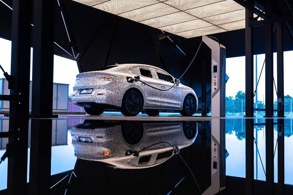 Skoda Enyaq Coupe iV官方偽裝照露出 預計2022年初推出(圖/CarStuff)