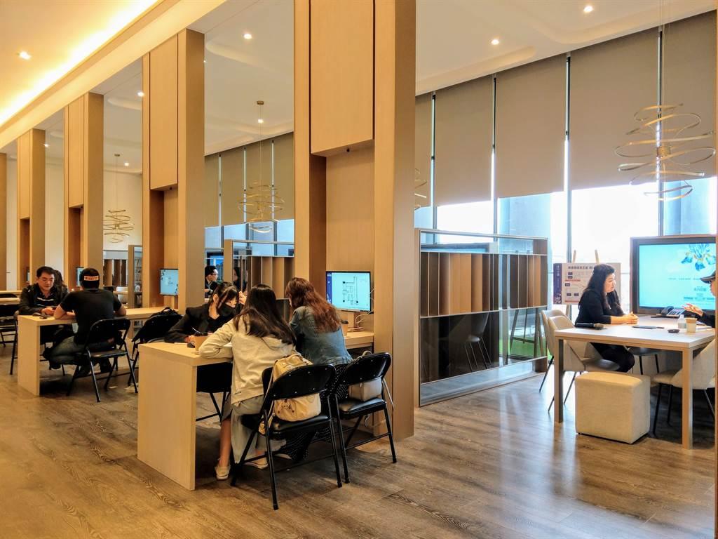 隨著賞屋來客量回升,海悅預期新推案簽約數將明顯增加,圖為接待中心現場示意。(圖/葉思含攝)