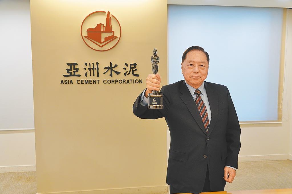 亞泥獲頒亞洲最佳企業雇主獎,總經理李坤炎開心高舉獎座慶賀。(亞泥提供)