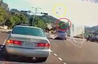 驚悚車禍!騎士遭撞噴飛成「風火輪」 空中旋轉360度重摔落地
