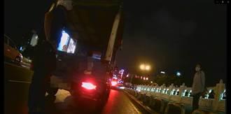 幫推橋上故障貨車 警所長換氣過度吐了