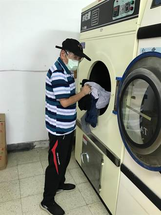 電玩老闆淪為街友 64歲的他重返職場樂當洗衣工