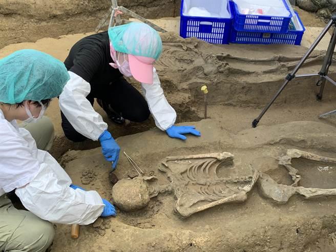 嘉義市鐵路高架化工程施作到一半,日前考古團隊在嘉北站工區南端、世賢路北側發現台斗坑文化遺址,並陸續挖掘出3具人體骨骸。(呂妍庭攝)