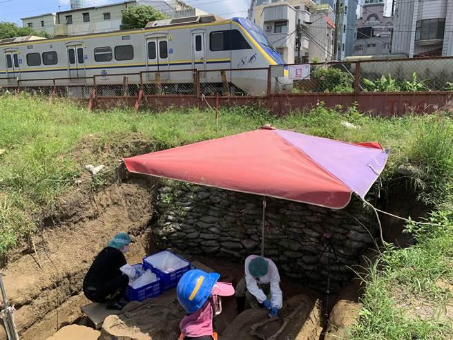 人體骨骸發現位置緊鄰鐵軌,鐵道局以基椿鋼板強化邊坡強度。(呂妍庭攝)