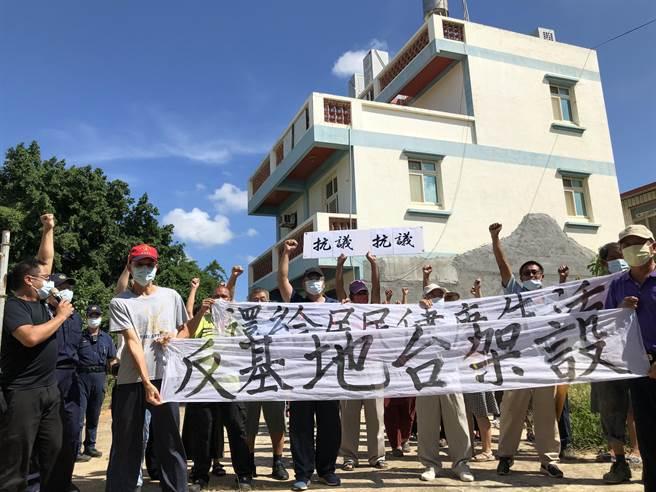 何厝村民群情激憤抗議,要求非法基地台滾出去。(李金生攝)