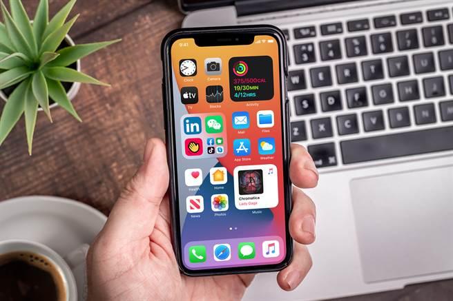 蘋果iPhone手機。(圖/shutterstock)