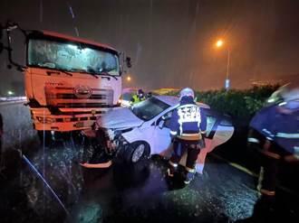 轎車疑因雨打滑橫停國1 大貨車迎面撞傷2男