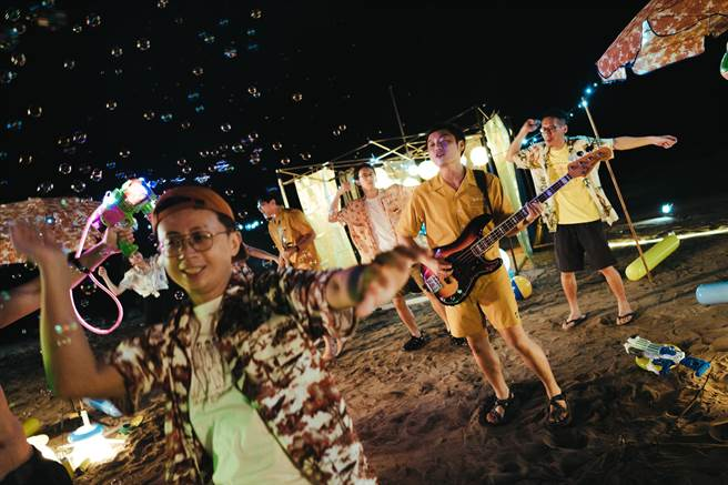 MV特別在三芝海邊取景拍攝。(拍謝少年提供)