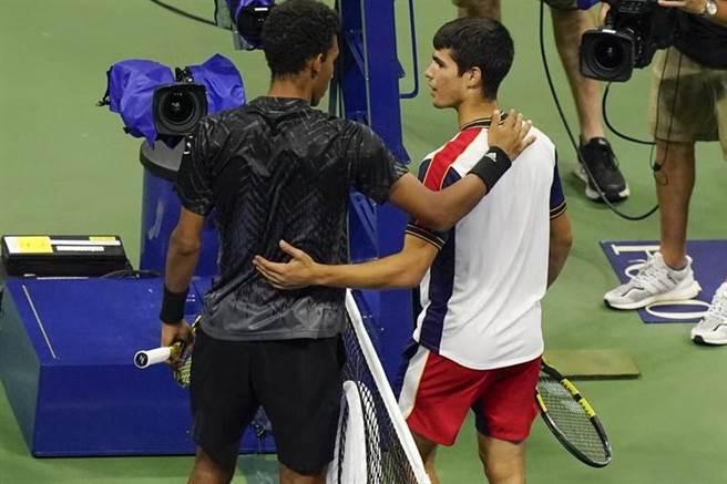 西班牙阿卡瑞茲(右)受傷退賽,加拿大選手歐格阿里亞辛晉級美網準決賽。(美聯社)