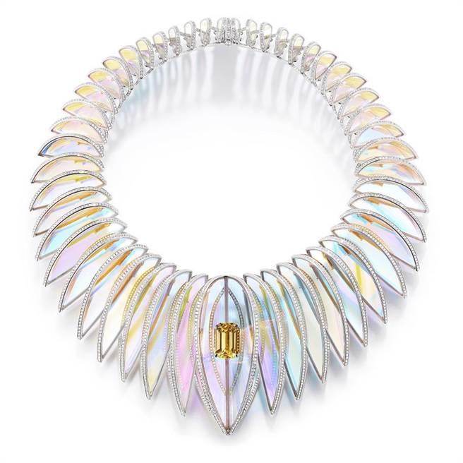 寶詩龍Holographique霓虹塗層水晶白金項鍊,鑲嵌一顆20.21克拉斯里蘭卡黃色藍寶石,1720萬元。(Boucheron提供)