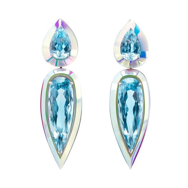 寶詩龍海水藍寶耳環,全息技術處理陶瓷。(Boucheron提供)