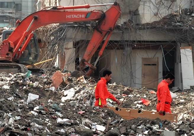 台北東星大樓進行拆除清理工作,警消人員在現場仍緊密注意挖掘出的任何器物,並對一樓銀行金庫做安全監控。(陳孔顧攝)