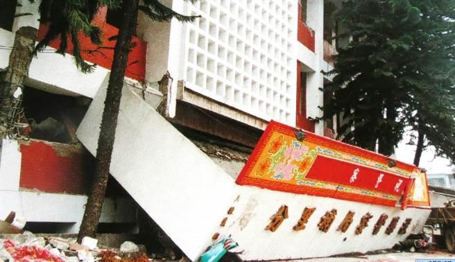 埔里分局在921大地震搖晃的瞬間中倒塌,一樓變為地下室。(楊樹煌翻攝)