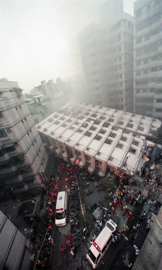 1999年9月21日九二一全台大地震,新莊受創嚴重,新莊市民安路「博士的家」、「龍閣」大樓倒塌,數百戶居民無家可歸。搜救人員持續進行救災。(陳孔顧攝)