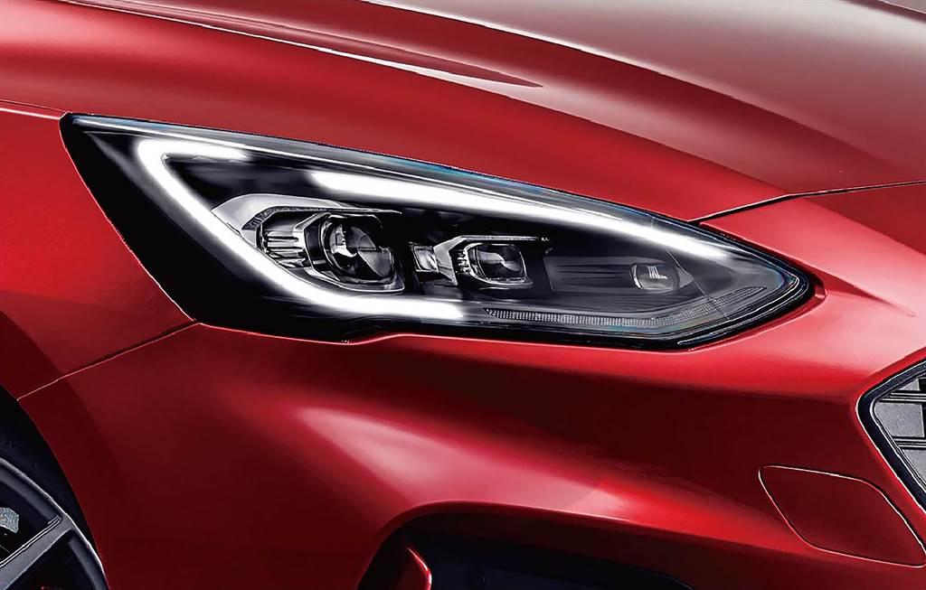 歐洲原裝進口Dynamic LED智能動態照明系統,有效減少夜間駕駛死角並大幅提升照明表現,此選配照明系統在英國Ford原廠選配價格約4萬元。(圖/業者提供)