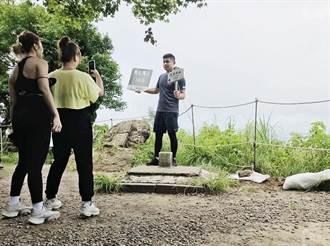 新竹林區選12山域設置三角點手舉牌