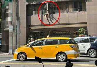男雙腿掛防疫旅館窗邊「放風」 目擊者嚇壞:可以這樣?