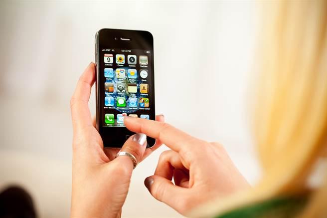 蘋果在11年前推出iPhone 4手機。(圖/shutterstock)
