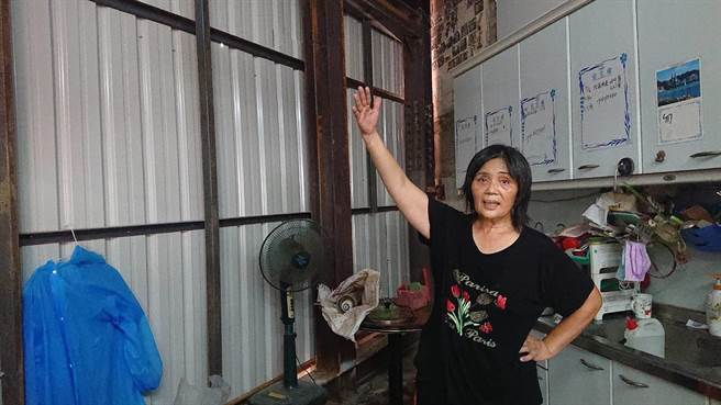 黃春香返家見到殘壁斷瓦,苦惱強颱入侵加重房屋損害。(程炳璋攝)