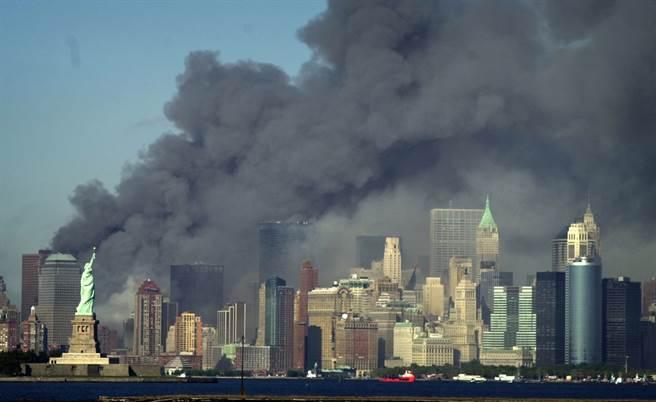 2001年9月11日早晨8時46分,2架遭蓋達恐怖份子挾持的美國客機撞上紐約世貿雙子星大樓,濃煙掩蓋掉紐約曼哈頓天際線,預示美國將開啟20年反恐戰爭。(圖/美聯社)