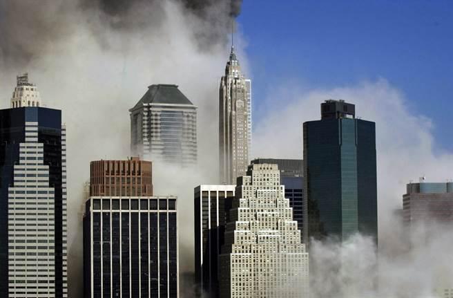 雙子星大樓倒塌後,濃煙仍持續瀰漫曼哈頓。(圖/美聯社)