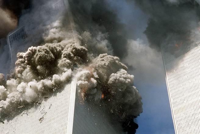 聯合航空客機撞上雙子星大樓南塔後不久,南塔開始倒塌。(圖/美聯社)