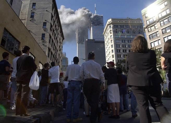 下曼哈頓民眾湧上街頭,不敢置信看著雙子星大樓在眼前受到攻擊、冒出濃煙。(圖/美聯社)