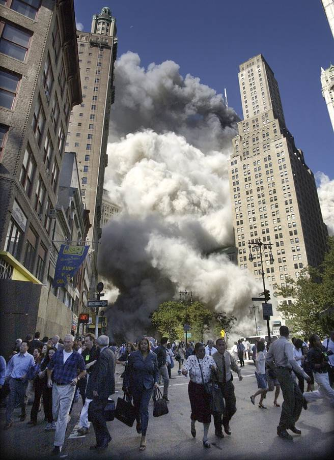 雙子星大樓南塔開始倒塌後,紐約街頭的民眾拔腿狂奔逃竄。(圖/美聯社)