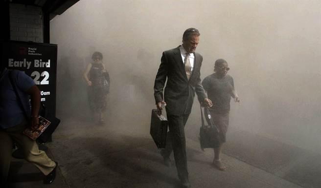 民眾逃離世貿中心周遭,下曼哈頓區街頭已濃煙密布。(圖/美聯社)