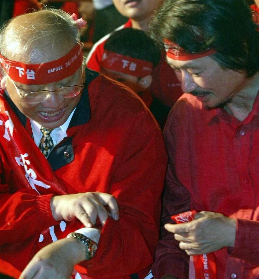 2006年百萬人反貪腐靜坐活動,決策小組成員之一的陳耀昌(左)與活動總指揮施明德(右)。(柯承惠攝)
