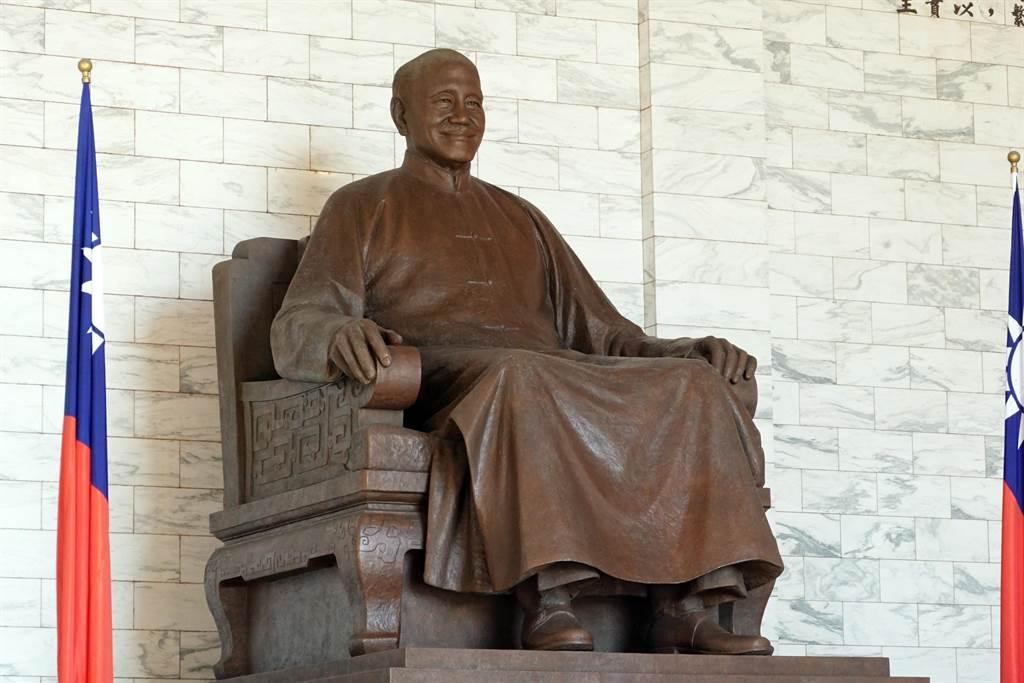 促轉會8日公布中正紀念堂轉型方案,預計以「反省威權歷史公園」為主軸,並建議移除大廳內銅像。(資料照/姚志平攝)