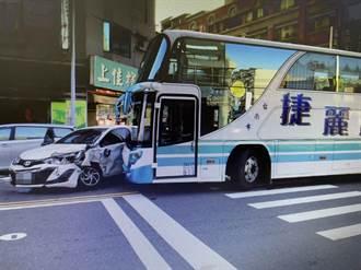 瀛海高中校車左轉撞車 學生一臉驚惶、急搭計程車上學
