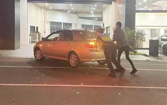 車沒油停路中 女警化身神力女超人來推車