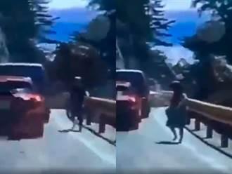 關鍵影像曝光 中橫吊車高速後滑撞車墜谷 民眾狂奔逃命