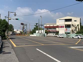 台南中正路平交道屢有車輛誤停黃網線受罰 交通局研擬改善