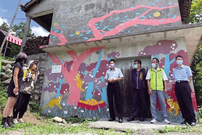 藝術家張祐齡運用水梨、梨樹認養、石虎等意象,融入水寨一方農場的彩繪牆。 圖:東勢農會/提供