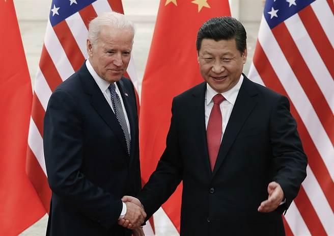 圖為習近平2013年在北京與時任美國副總統的拜登會面。(美聯社)