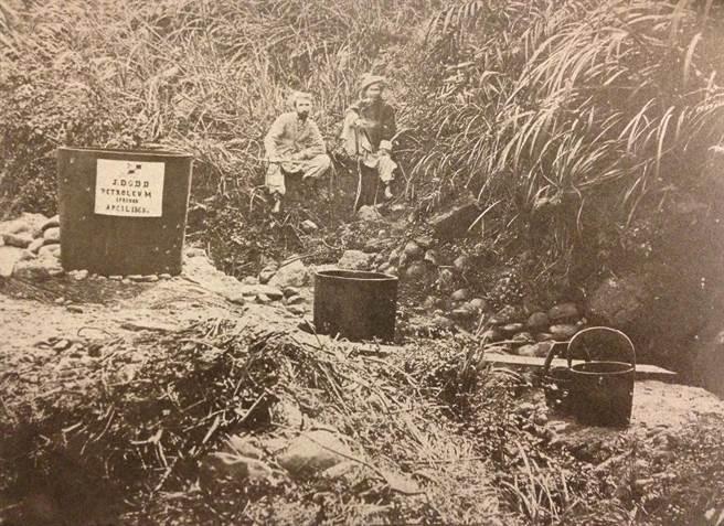 1875年美國外交官李仙得研究台灣的專文《李仙得台灣紀行》,2013年在台出版,書中收錄了李仙得親手繪製的台灣古地圖,更收藏不少當時原住民生活照片。圖為現位於淡水附近的石油井。(圖/台史館提供)