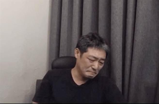 8月底金龍浩開直播痛哭,後來自刪影片。(圖/翻攝自김용호연예부장 Youtube)