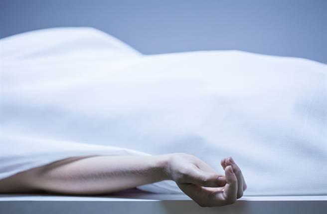 租客在床底下驚見一具腐爛男屍,嚇得立刻報警。(示意圖/達志影像)