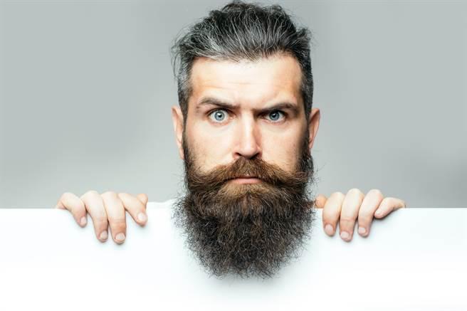 人類開始長鬍鬚可能是為了緩衝被揍力道。(示意圖/shutterstock)