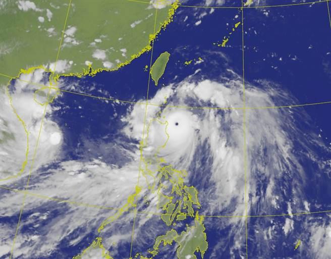 強颱「璨樹」來勢洶洶,氣象局於10日下午5點半發布陸上颱風警報。(圖/中央氣象局)