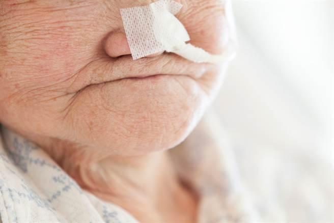 引起老人身上異味的主要原因,跟衛生不佳、慢性疾病、皮膚老化、生活習慣有關。(示意圖/達志影像)