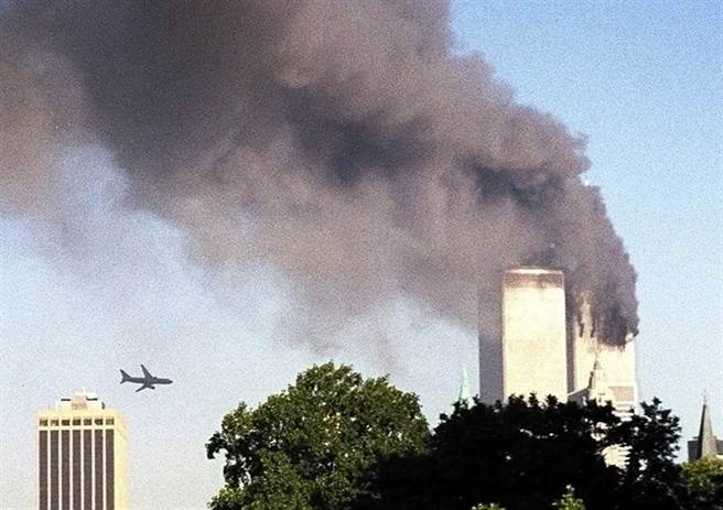 一架美國客機向紐約雙子星大樓靠近,不久後撞上左邊大樓。這是從布魯克林區看到的畫面。一名美聯社員工剛從地鐵站走上來,突然發現自己正經歷一場災難。(圖/美聯社)